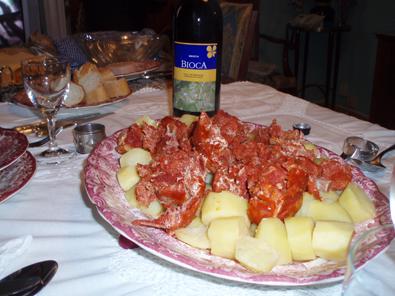 Las patatas y el vino de uva Mecia hacen buen maridaje con el botillo
