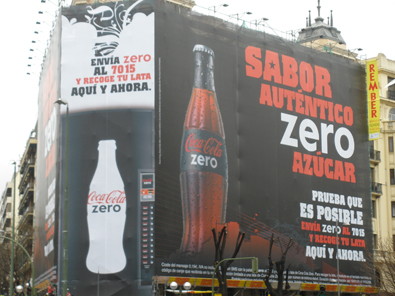Lona de Coca-Cola Zero en la Plaza de Alonso Martinez en Madrid