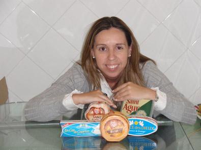 Belén Pérez Box recibe el lote de quesos tras ganar el concurso de rimas
