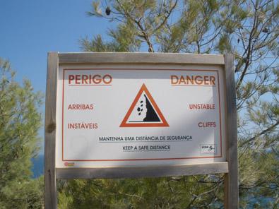 Habitual cartel en las playas del Algarve