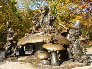 Escultura de Alicia en el País de las Maravillas