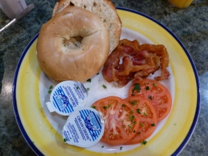 Bagel con bacon, tomate y queso en crema en Lindy's