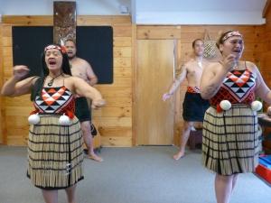 Baile tradicional maorí con faldas musicales hechas a mano