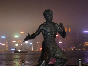 Estatua de Bruce Lee y Skyline de Hong Kong